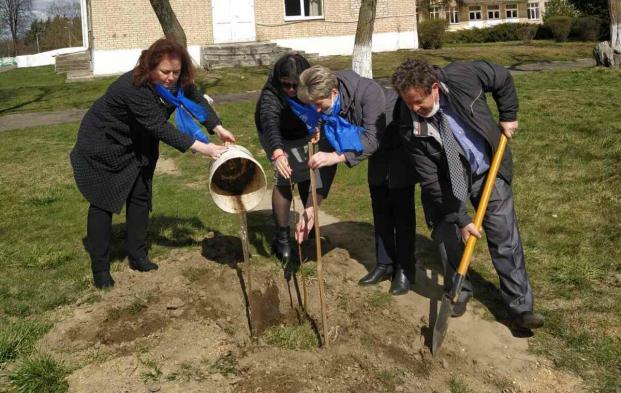 По инициативе депутата Муриной Ю.Г. высажена яблоневая аллея в ГУ «Краснослободский психоневрологический дом-интернат для престарелых и инвалидов».